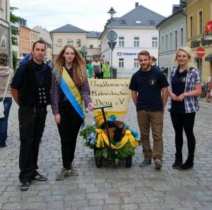 Unser Team zum Handwagenrennen von links: Rico Zenker unser Zimmermann, Lilly Menzel, Christian Hermann, und Maria Faßl