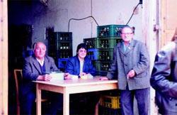 an der Kasse: Fritz Pfautsch, Brigitte Voigt und Karl Bühn
