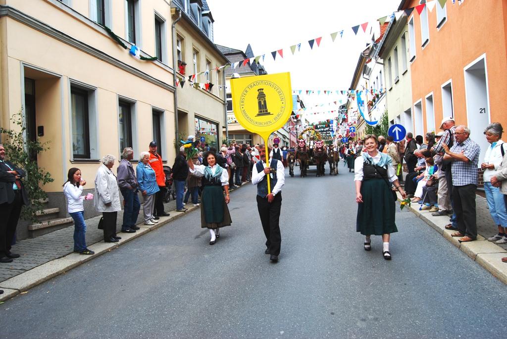 Angeführt wurde unser Festumzug ( von rechts  beginnend )von  Manuela Reddel,  Holger Gronek und Redina Ritter